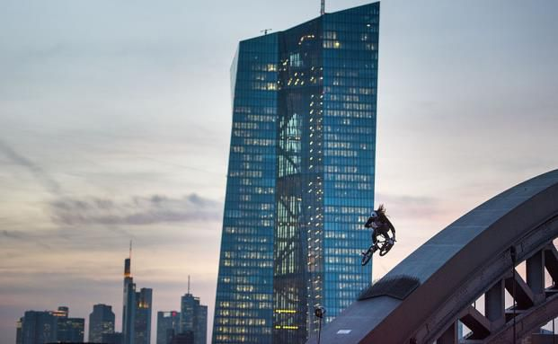 Die Europäische Zentralbank in Frankfurt, die jüngst wieder quantitative Lockerungsmaßnahmen in die Wege geleitet hatte. (Bild: Getty Images)