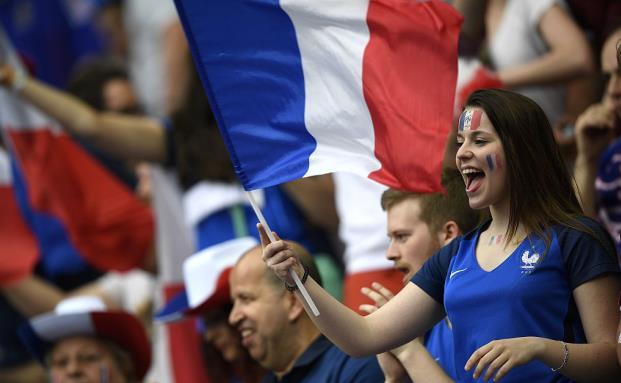 Französische Fans beim Eröffnungsspiel der Fußball-Europameisterschaft in Paris am 10. Juni 2016. In Politik und Wirtschaft haben es die Franzosen aktuell nicht leicht. (Bild: Getty Images)