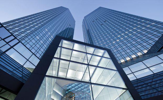 Blick auf den Eingang zur Zentrale der Deutschen Bank in Frankfurt