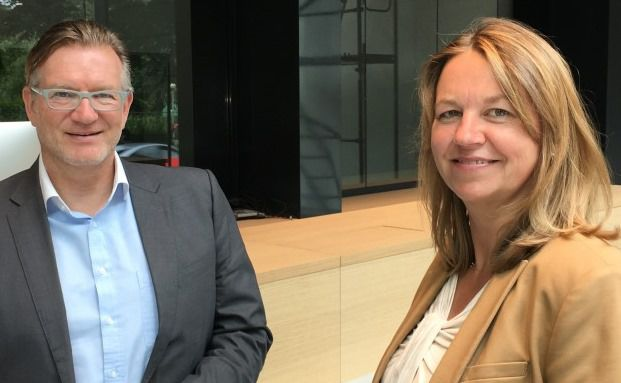 Thomas Böcher begrüßt DI-Redakteurin Sabine Groth in der neuen Zentrale der Paribus-Capital-Gruppe an der Königstraße in Hamburg.