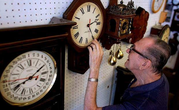 Ein Rentner repariert eine Uhr: Gerade weil sie in ihrem Leben viel Erfahrung gesammelt haben, können ältere Menschen viel Wissen weitergeben. Foto: Getty Images