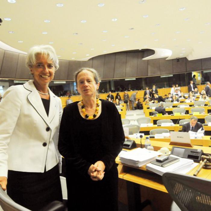 Pervenche Bérès vom EU-Parlament<br>(rechts) im Gespr&auml;ch mit Frankreichs<br>Wirtschafts- und Finanzministerin<br> Christine Lagarde<br>Quelle: Europ&auml;isches Parlament
