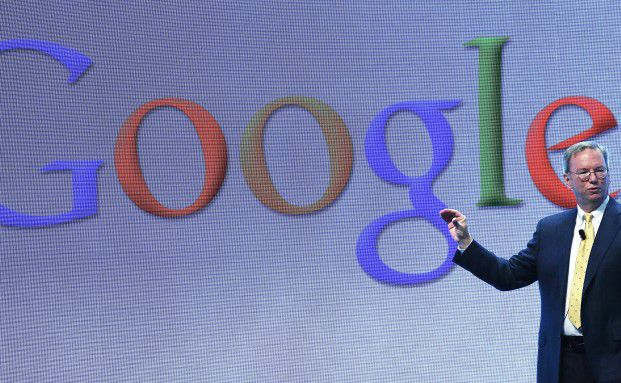 Google-Chef Eric Schmidt bei einer Präsentation: Google wird den Versicherungsvertrieb deutlich veränder, glauben Experten. Foto: Getty Images