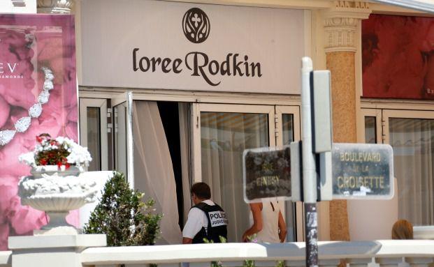 Ein Polizist vor der Juwelenausstellung im Carlton-Hotel in Cannes: Ein Dieb stahl hier Ende Juli Juwelen im Wert von 103 Millionen Euro. Foto: Valery Hache – AFP / Getty Images