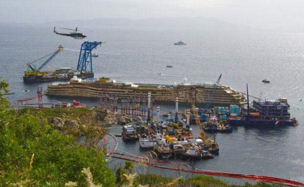 Die Costa Concordia wurde heute Nacht erfolgreich aufgerichtet und soll nun in einen Hafen geschleppt werden. Das Schiffsunglück kommt die Versicherer teuer zu stehen. (Foto: Getty Images)