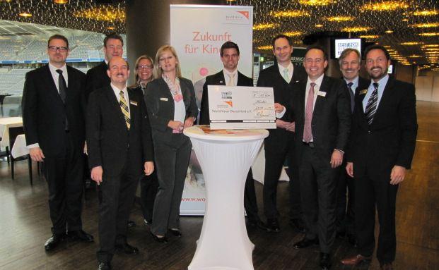 Vertreter der Veranstalter-Firmen mit dem Scheck für World Vision