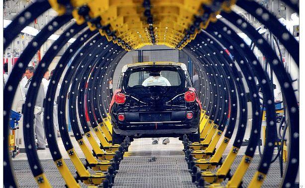 Nagelneuer Fiat 500L auf einer Produktionsstraße im Fiat-Werk in Kragujevac, Serbien: Eine Anleihe des Autoproduzenten mit 5,25 Prozent Zinskupon ist die drittgrößte Position im Laufzeitfonds Allianz Rendite Plus 2015 von Allianz Global Investors (Foto: Bloomberg)