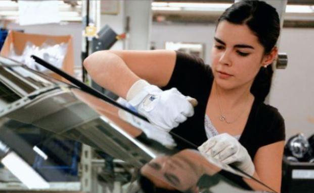 Eine Arbeiterin setzt in der Volkswagen-Fabrik in Wolfsburg die Frontscheibe in den Golf 6 ein: Arbeitgeber können ihren Mitarbeitern mit einer Direktversicherung vergleichsweise einfach eine Betriebsrente anbieten. (Foto: Bloomberg)