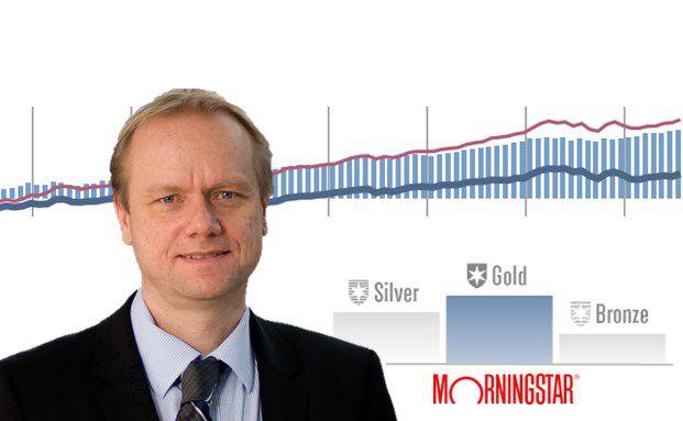 Erstes qualitatives Morningstar-Rating für den von Asbjørn Trolle Hansen gemanagten Nordea Stable Return Fund. Der Chart zeigt einen Ausschnitt der 10-Jahres-Entwicklung des Fonds (blaue Balken) gegenüber dem schwer zu schlagenden Aktien-Anleihen-Index (rote Linie) und seiner Vergleichsgruppe (blaue Linie).