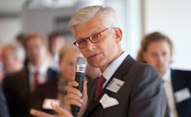 Konstantin Mettenheimer hält die Dinnerspeech des private banking kongresses 2012 in Hamburg