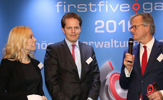Moderatorin Antje Erhard und David Wenicker (M.), iShares, übergeben den Preis an Ulrich Lingenthal (r.) von BHF Trust Management. Alle Fotos: Sabine Antonius