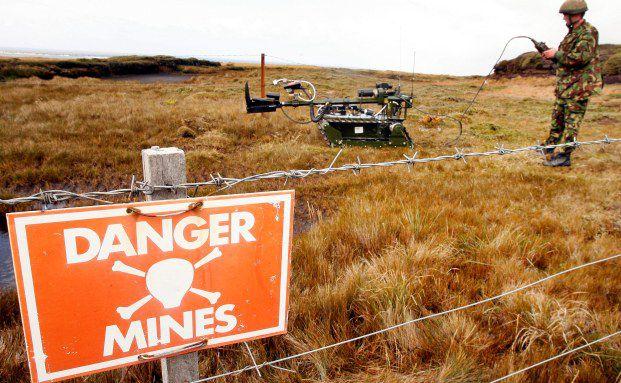 Ein Soldat sucht auf den Falklandinseln nach Minen.<br>117 der ge&auml;chteten Bomben gibt es noch aus der<br>Zeit des Falklandkrieges zwischen Gro&szlig;britannien und<br>Argentinien 1982. Foto: Getty Images