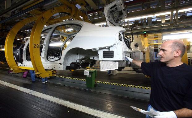 Arbeiter bauen in einem Werk in München einen 3er-BMW<br>zusammen: Die Kurzarbeit traf viele Autohersteller. Jetzt freuen<br>sich die Anbieter wieder über volle Auftragsbücher. Foto: Getty