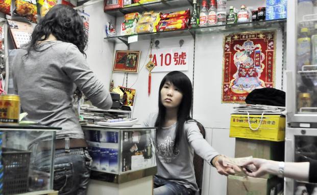 Illegale Geldwechselstube in Shenzhen, China. Die chinesi- <br> sche Regierung versucht, Geldstr&ouml;me ins Land zu kontrollieren. <br> Das Volk antwortet  mit dem Gang in den Untergrund, <br> Quelle: Getty Images