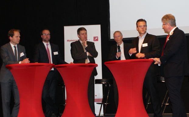 Podiumsdiskussion auf dem Honorarberater-Kongress 2012 in Mainz. Teilnehmer (von links nach rechts): Christian Thorun, Philipp Mertens, Dieter Rauch, Karl Mathäus Schmidt (Vorstandschef des Berufsverbands deutscher Honorarberater BVDH), Moderator Klaus Barde (Chefredakteur von