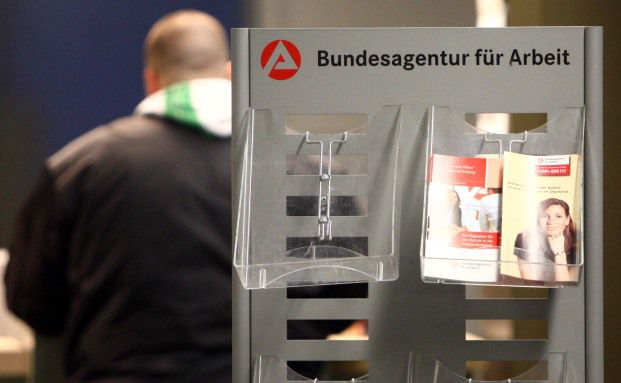Ein Mann in einer Wuppertaler Arbeitsagentur: Wer seinen<br>Job verliert, kann oft die Beitr&auml;ge f&uuml;r seine Altersvorsorge<br>nicht mehr zahlen. Foto: Getty Images
