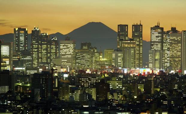 Tokio bei Nacht. Im Hintergrund: der Mount Fuji.<br/>Foto: Getty Images