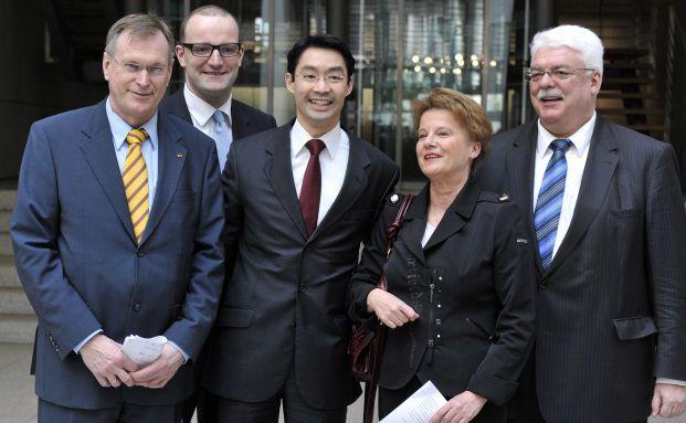 Jens Spahn (zweiter von links) mit Johannes Singhammer<br>(CSU, ganz links), Bundesgesundheitsminister Philipp R&ouml;sler<br>(FDP), Ulrike Flach (FDP) und Heinz Lanfermann (FDP) nach<br>Verk&uuml;ndung der Pharmareform 2010: Spahn will<br>Provisionen in der PKV deckeln. Foto: Getty Images