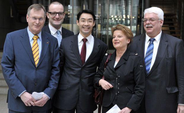 Heinz Lanfermann (FDP, ganz rechts) im Jahr 2010 mit seinen Kollegen (von links) Johannes Singhammer (CSU), Jens Spahn (CDU), Philipp Rösler (FDP) und Ulrike Flach (FDP). Foto: John MacDougall – AFP / Getty Images