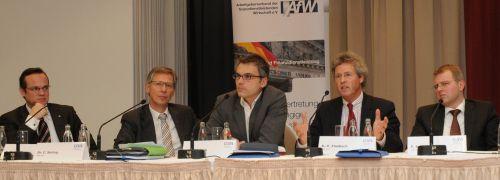 Die Politrunde (v.l.n.r.): Frank Rottenbacher (AfW),<br> Carsten Sieling (SPD), Gerhard Schick (Grüne),<br> Klaus-Peter Flosbach (CDU), Frank Schäffler (FDP), <br> Foto: K. Breustedt/AfW
