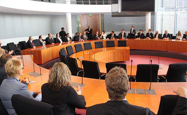 Reichstagsgebäude: Vortrag in einem Sitzungssaal für Ausschüsse. Fotos Oliver Lepold