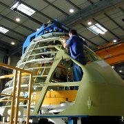 Ein Arbeiter baut an der Nase des <br>Airbus A 340. International arbeitende<br> Firmen wie Airbus favorisieren <br>länderübergreifende Betriebsrenten-<br>Lösungen<br>Foto: Airbus