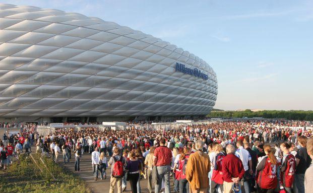 Scharen von Bayern-Fans strömen in die Allianz-Arena, um sich ein Spiel anzusehen. Foto: Allianz