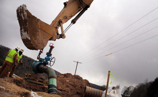 Arbeiter bauen an einem Erdgasventil in einer Förderstätte in South Montrose, Pennsylvania:  Jetzt spielen echtes Angebot und Nachfrage bei den Preisen wieder eine größere Rolle (Foto: Getty Images)