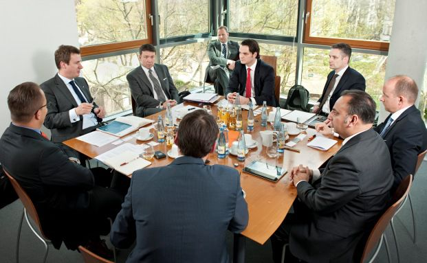 Beim Roundtable in den Redaktionsräumen von DAS INVESTMENT (Fotos: Anna Mutter).