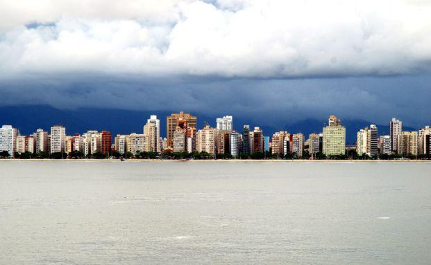 Skyline der brasilianischen Hafenstadt Santos (Foto: Eckbartze / Photocase)