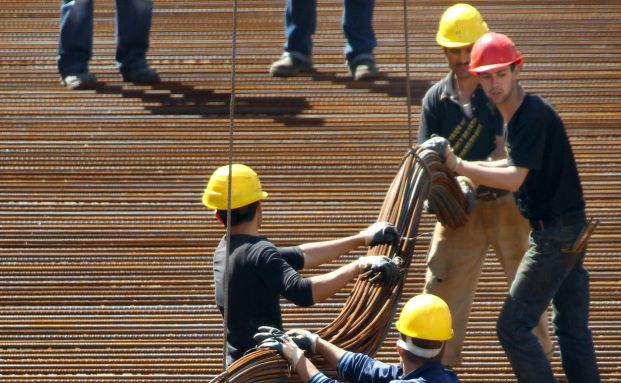 Männer bei der Arbeit: Die Direktversicherung für die<br>Betriebsrente will sorgfältig ausgesucht sein. Foto: Getty