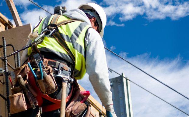 Arbeiter auf einem Baugerüst: Die Multi-Rente sichert auch Risikoberufler ab (Foto: Dwight Smith/Istock)
