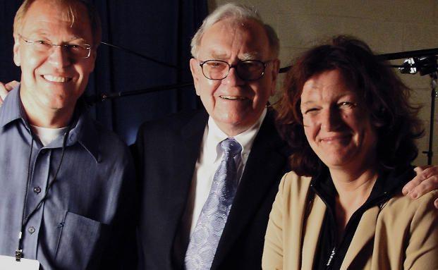 Die Dokumentarfilmer Gisela Baur (re.), Ralph Gladitz (li.) mit Starinvestor Warren Buffett