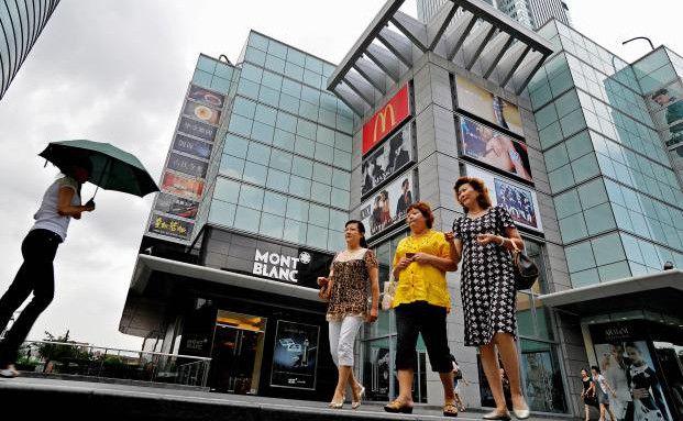 Chinesinnen vor einem Einkaufszentrum in Schanghai (Foto: Getty Images)