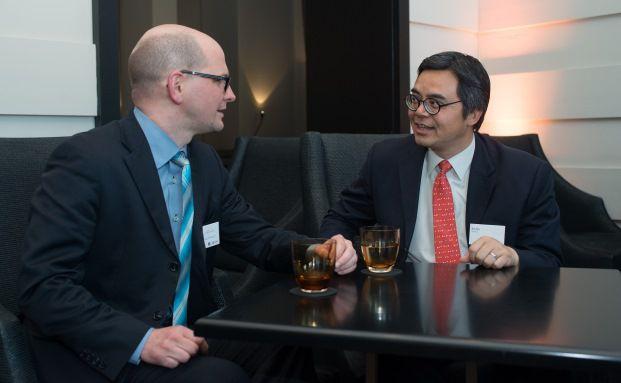 Bin Shi (rechts), China-Fondsmanager von UBS Global Asset Management, im Gespräch mit Redakteur Andreas Harms (Foto: UBS)