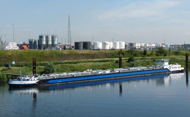 Binnenschiff im Duisburger Hafen, Foto: Dieter Sch&uuml;tz / <a href='http://www.pixelio.de' target='_blank'>pixelio.de</a>