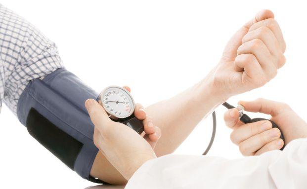 Blutdruck-Check beim Arzt: Berater sollten eine mögliche Deckungslücke bei der BU-Absicherung beachten (Foto: NIYAZZ / FOTOLIA)