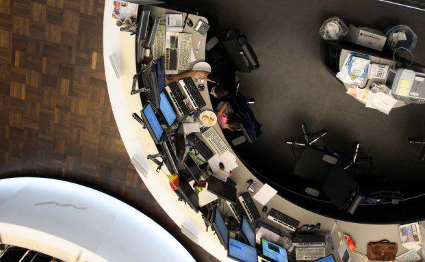 Blick von der Dax-Tafel auf den Handelssaal der Deutschen Börse in Frankfurt: Je größer das Risikobudget des Kunden in Fondspolicen ist, desto höher kann auch die jeweilige Aktienquote ausfallen. Foto: Getty Images