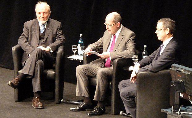 Lieferten sich ein fetziges Duell: Ifo-Chef Hans-Werner Sinn (links) und Wirtschaftsweiser Peter Bofinger (rechts). In der Mitte ist Moderator Hans Heuser, Chefredakteur Fondsprofessionell (Foto: DAS INVESTMENT.com)