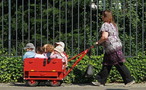 Kinder zu bekommen ist eine feine Sache und ein wichtiger Beitrag zur Gesellschaft. Für die Rente der Mütter sind Kindererziehungszeiten und Teilzeitarbeit aber absolut verheerend. Foto: Getty Images