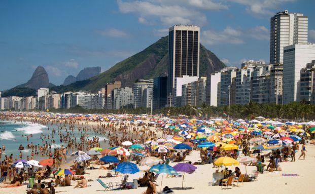 Die Copacabana in Brasilien. Unter den sonst eher für ihren Müßiggang bekannten Brasilianer brodelt es. In der Wirtschaft läuft's nicht rund. Quelle: Fotolia