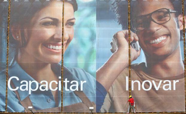 Werbeplakat für ein Telekommunikationsunternehmen in Brasilia. Der brasilianische Anleihemarkt ist einer der größten in den Emerging Markets. Foto: Bloomberg