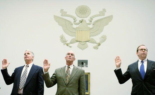Jerome Fons, Ex-Direktor bei Moody's, Frank Raiter, Ex-Direktor <br> bei S&P, und Sean Egan, Direktor bei Egan-Jones Ratings (v. l.) <br> w&auml;hrend einer Anh&ouml;rung vor einem Regierungskomitee im <br> Oktober 2008 &uuml;ber ihre Schuld an der Finanzkrise. <br> Die US-Agenturen bekommen Konkurrenz aus China. <br> Quelle: Getty Images