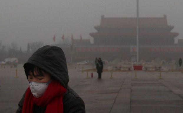 Luftverschmutzung: Touristin mit Mundschutz auf dem Tiananmen-Platz in Peking