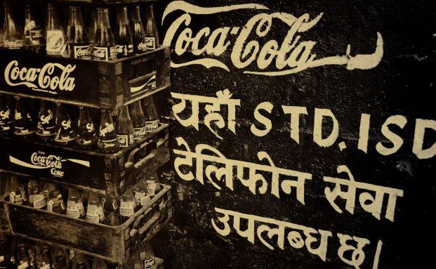 Bis in die hintersten Winkel der Erde reicht der Arm von Coca-Cola, hier Nepal. Quelle: Pixelio