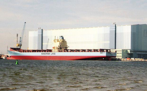 Containerschiff vor der Volkswerft Stralsund: Philippe Brugère-Trélat hält die weltweit größte Containerlinienreederei AP Moeller Maersk für eine Value-Perle. (Foto: Klugschnacker/Wikimedia)