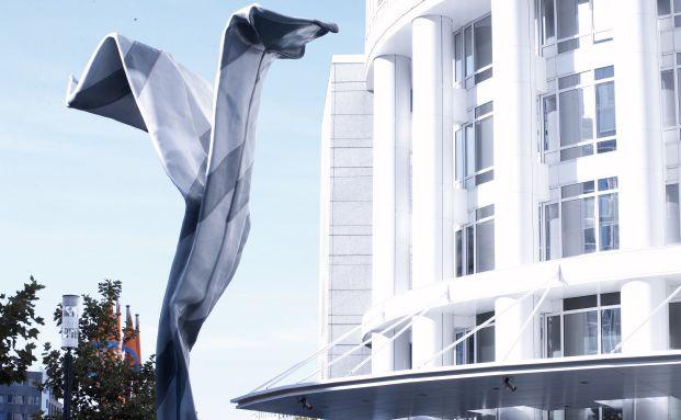 Skulptur vor dem Gebäude der DZ Bank in Frankfurt: Das Zentralinstitut der Genossenschaftsbanken wird 25-prozentiger Anteilseigner an dem Start-up Trustbills