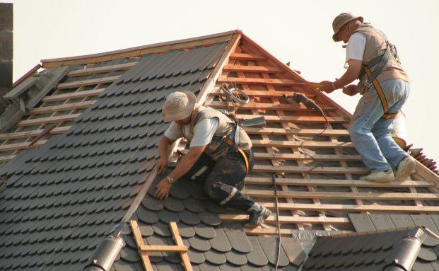 Dachdecker bekommen wegen ihres hohen Berufsrisikos<br>nur selten eine Berufsunf&auml;higkeitsversicherung. F&uuml;r sie<br>eignet sich eher eine Erwerbsunf&auml;higkeitspolice. Foto: Fotolia