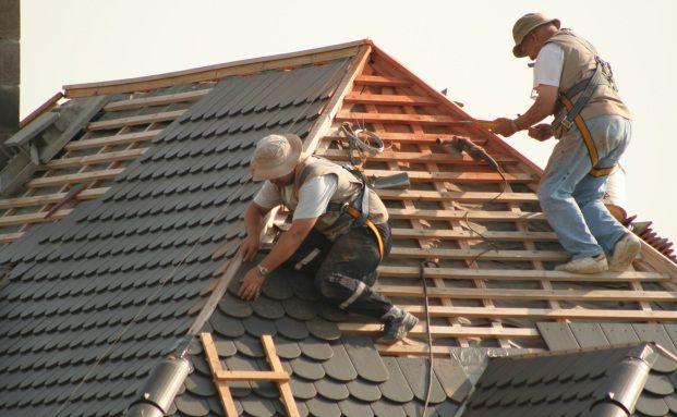 Hochbetrieb auf Deutschlands Dächern: Bis Ende des Jahres <br> müssen viele Häuser energetisch saniert werden, Foto: Fotolia
