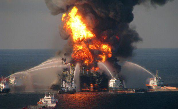 2010 explodierte die Bohrinsel Deepwater Horizon vor der amerikanischen Küste, nahe New Orleans. Anschließend breitete sich ein riesiger Ölteppisch aus. Der Imageschaden für den Ölkonzern BP war enorm. Foto: Getty Images